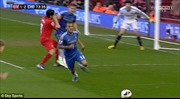 Cầu thủ Luis Suarez tức tối cắn tay hậu vệ Chelsea