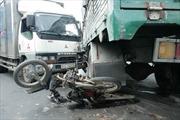 Vượt đèn đỏ, xe tải đâm 2 người thương nặng