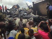 Máy bay rơi xuống đường băng, 9 người thiệt mạng