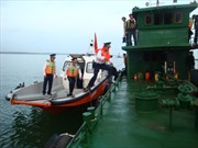 Cảnh sát biển bắt tàu chở dầu bẩn không rõ nguồn gốc