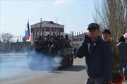 Người biểu tình 'cưỡi' 6 xe bọc thép chiến lợi phẩm ở đông Ukraine