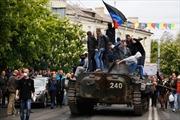 Dân thường Mariupol tay không chặn xe bọc thép Ukraine