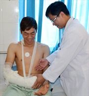 Phẫu thuật thành công cánh tay bị khỉ cắn nát