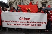 Người Việt biểu tình rầm rộ tại Vienna phản đối Trung Quốc