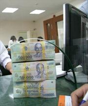 Lãi suất hạ, tiền vẫn chảy vào ngân hàng