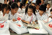 Trao học bổng Vừ A Dính cho con em Việt kiều tại Phnom Penh