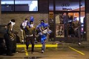 Cảnh sát bắn đạn khói giải tán biểu tình ở Ferguson