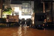 Giải cứu 'xế hộp' chìm dưới tầng hầm khách sạn