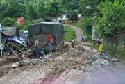 Xe trọng tải lớn phá nát Quốc lộ 279