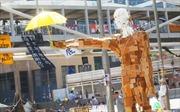 Hong Kong: Xuất hiện tượng người biểu tình cầm ô cao 3m