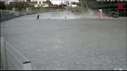Mái sân vận động Donbass liệng suýt trúng bé gái