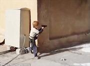 IS huấn luyện cậu bé 5 tuổi tấn công kẻ thù