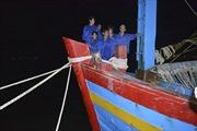 Tàu cá bị nạn cùng 8 thuyền viên cập bờ an toàn