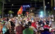 Hàng nghìn người đổ ra đường mừng Tuyển Việt Nam