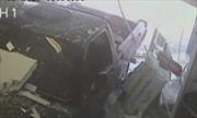 Xe tải tông đổ tường, nhân viên văn phòng thoát chết