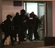 Pháp bắt giữ nghi can tấn công tòa báo