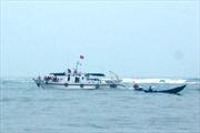 Cứu hộ thành công tàu cá chìm ở cửa biển Nhật Lệ