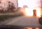 Hãi hùng cảnh xe ôtô nổ tung trong pháo kích ở Mariupol