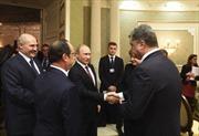 Tổng thống Belarus đích thân phục vụ đồ ăn tại Thượng đỉnh Minsk