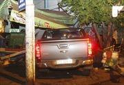 Ô tô bán tải đâm sập nhà dân
