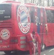 Xe buýt đội tuyển Bayern Munich hết xăng