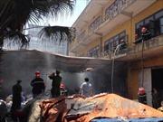 Hà Nội: Cháy hàng trăm tấn giấy gần cây xăng