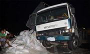 Lật xe chở 25 tấn gạo trên đường cao tốc