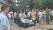 Tài xế vi phạm cố thủ trong xe sang, tắc đường Hà Nội