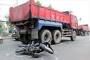 Xe ben húc xe máy sang đường, 3 người thương vong