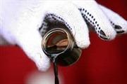 Giá dầu giảm, giá vàng tăng
