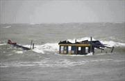 Tập trung cứu hộ tàu cá bị sóng đánh chìm
