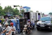 Lật xe tải chở bia, giao thông ùn tắc kéo dài