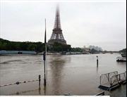 """Paris """"phố lại thành sông"""" sau trận mưa kéo dài"""