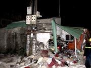 Xe Lexus đâm sập nhà dân, 6 người thương vong