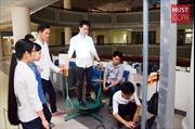 Nhóm sinh viên và chiếc máy quét cơ thể người 3D