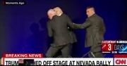 Ông Trump nháo nhào rời khỏi sân khấu khi đang vận động