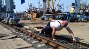 Lực sĩ cử tạ Nga kéo cần trục mừng kỷ niệm sáp nhập Crimea