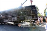 Bến Tre: Xe buýt lật đè nát xe máy, 2 người chết, 5 người bị thương