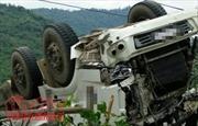 Xe container kéo lê xe máy 100m rồi lật nhào trên đường Hồ Chí Minh, 5 người thương vong