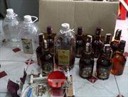 Bình Phước: Bắt quả tang lò pha chế hàng trăm lít rượu lậu, nghi là nước pha cồn