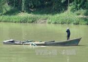 Bắt quả tang ghe khai thác cát trái phép trên sông Yên