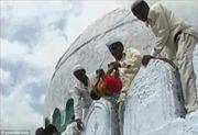 Kỳ lạ tập tục ném trẻ em từ mái nhà cao xuống ở Ấn Độ để cầu may