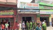 Khói lửa bốc lên dữ dội trong cửa hàng bán quần áo sau tiếng nổ lớn