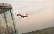 Phi công bay sát mặt đất rồi vọt lên khi hạ cánh, 200 hành khách hú hồn