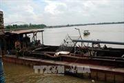 Hưng Yên bắt 4 tàu khai thác cát trái phép trên sông Hồng