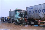 Xe tải đấu đầu container, lái xe nguy kịch
