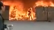 Xem video người đàn ông lao vào đám cháy lấy điện thoại, hóa đuốc sống