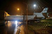 Gió mạnh, máy bay lao qua hàng rào đâm thủng tòa nhà