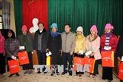 Chủ tịch Mặt trận Tổ quốc Việt Nam tặng quà 20 hộ nghèo xã Hát Lừu, Yên Bái