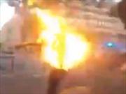 Video thanh niên bốc cháy vì bị cảnh sát vừa phóng điện vừa bắn hơi cay